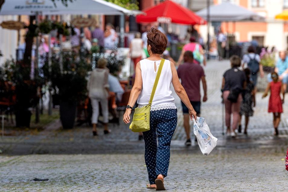 Auf der Bautzener Reichenstraße ist wieder mehr los - mehr Einheimische und auch Touristen kommen in die Innenstadt und nutzen auch gern die Freisitze der Gastronomie.