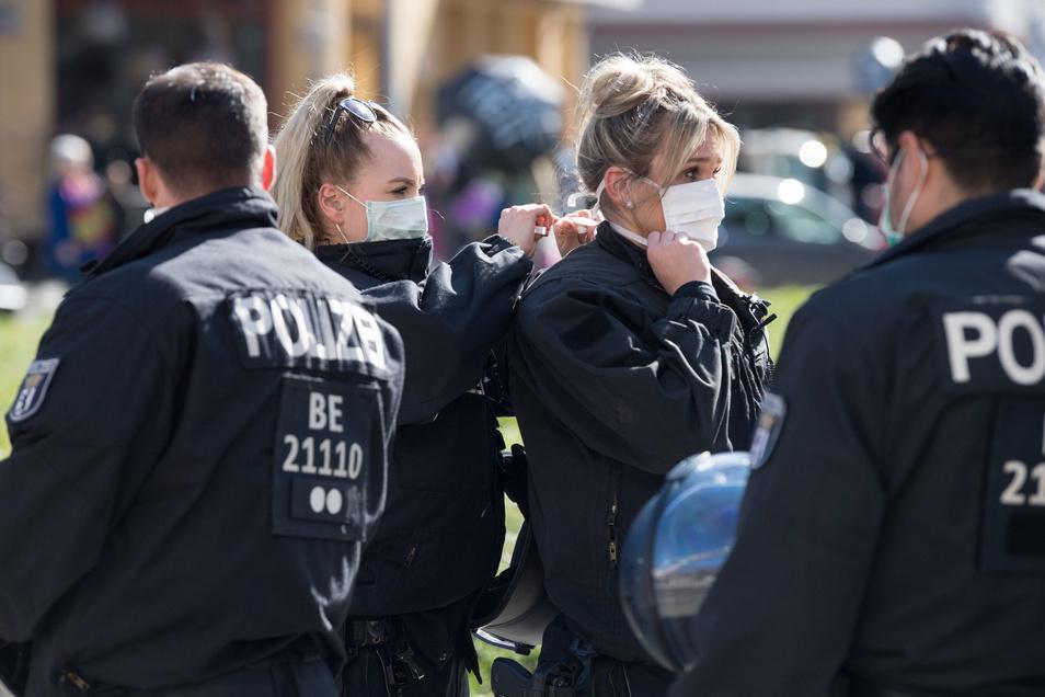 Polizistinnen mit Mundschutz bei einer Demonstration in Berlin Anfang April.