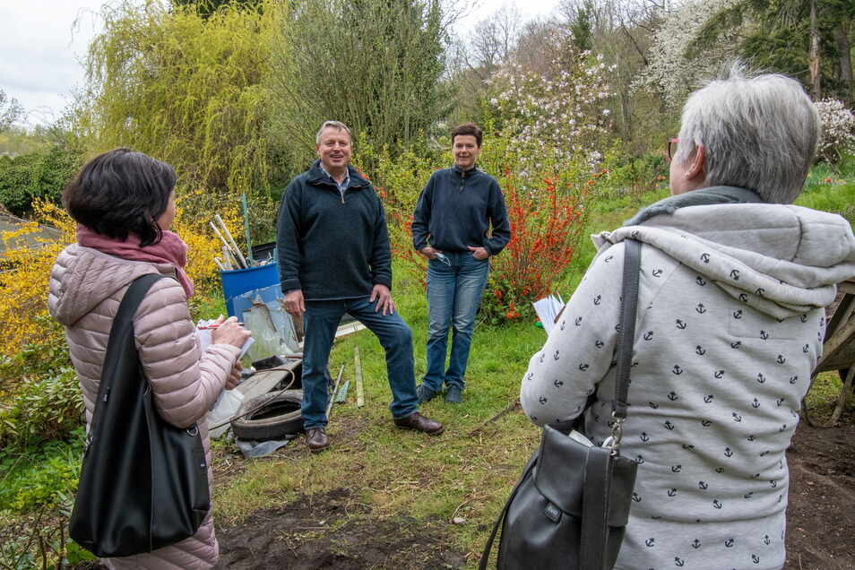 """Petra und Detlef Schlegel stehen im Garten der """"Grünen Aue"""". Sie haben den Gasthof in Roßwein gekauft. Beide stammen aus der Region. Gastronomie soll es in dem Gasthof auch künftig geben."""