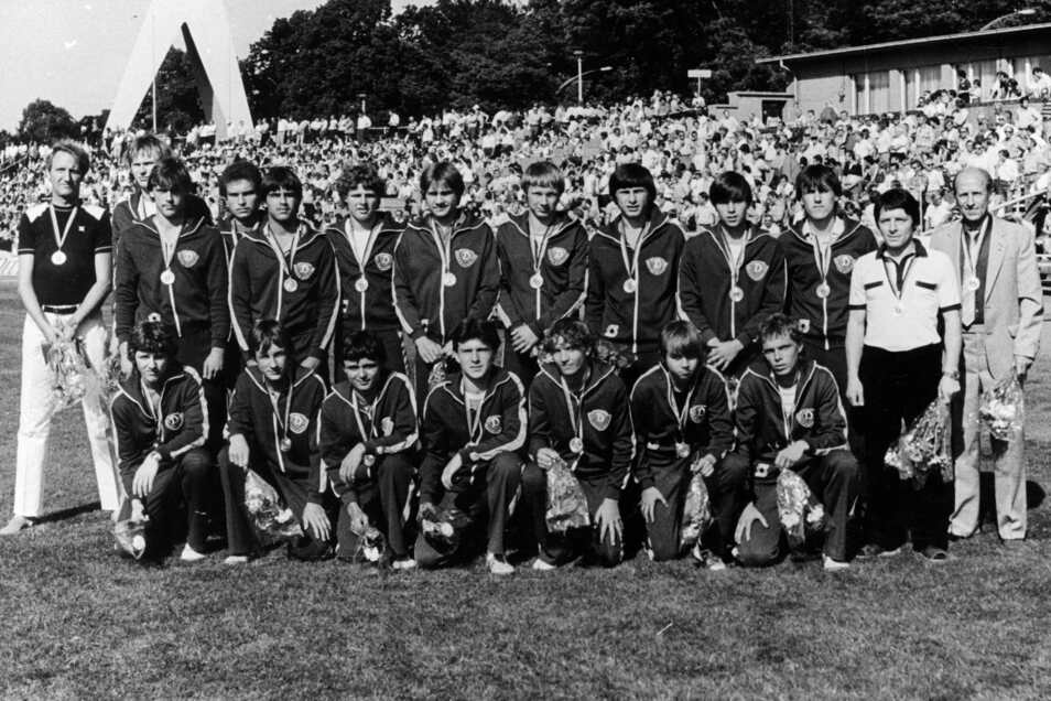 Dynamo Dresden mit der Nachwuchs-Mannschaft. Mit dabei: Ulf Kirsten, (oben, 5.v.l.) und Jörg Stübner ( oben, 4.v.r.)