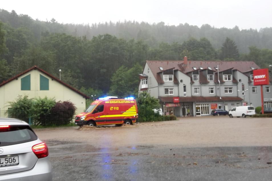 Auf der Schillerstraße in Sebnitz kam das Wasser von allen Seiten. Hier wurde zuerst Land unter gemeldet.