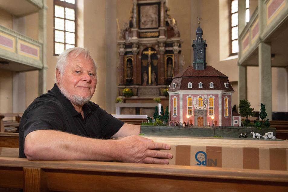 Stolz präsentiert Rainer Dierchen das Modell der Loschwitzer Kirche im Gotteshaus. Mehrere Monate hat er daran gearbeitet und möchte es jetzt an die Gemeinde überreichen.