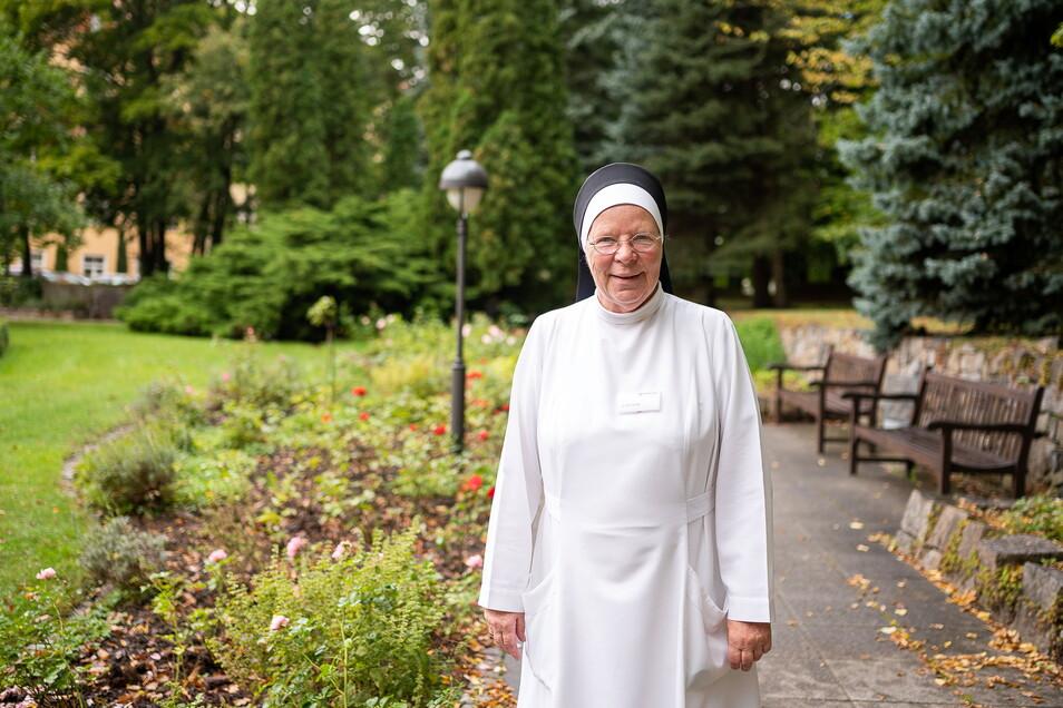 Schwester M. Cäcilia Im Garten des St. Carolus-Krankenhauses. Das M. in ihrem Namen steht für Maria. Alle Ordensschwestern tragen es.