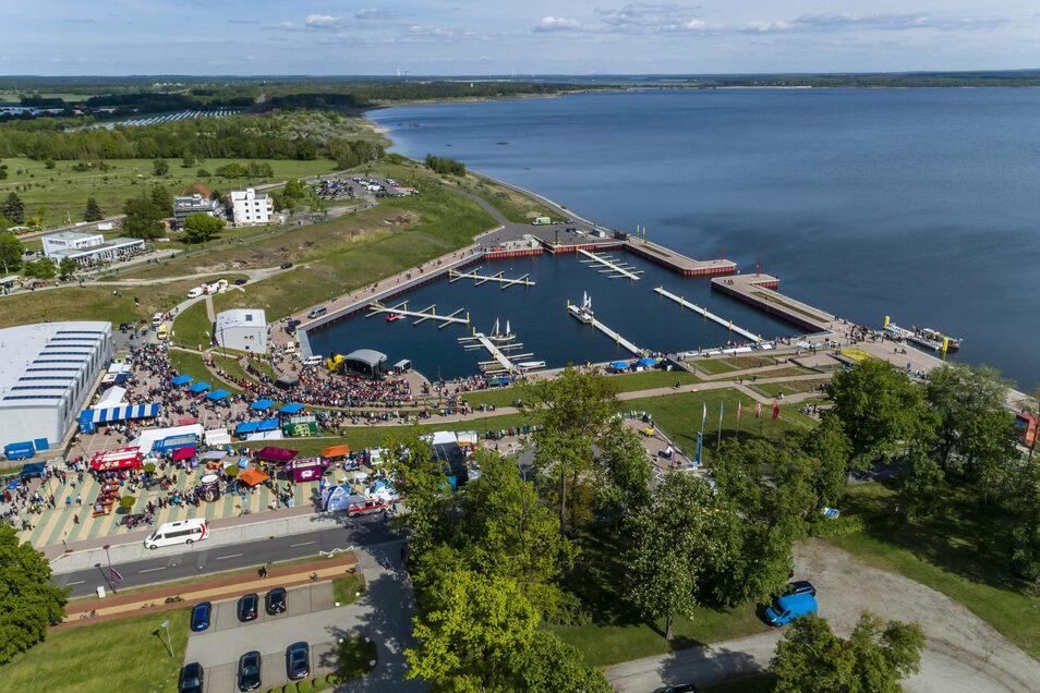 Mehr als zehn Jahre sind seit Flutungsbeginn des ausgekohlten Tagebaus Meuro vergangen. Zum Saisonstart 2019 wurde der rund 770 Hektar große Großräschener See vom Bergbausanierer LMBV zur Nutzung übergeben.