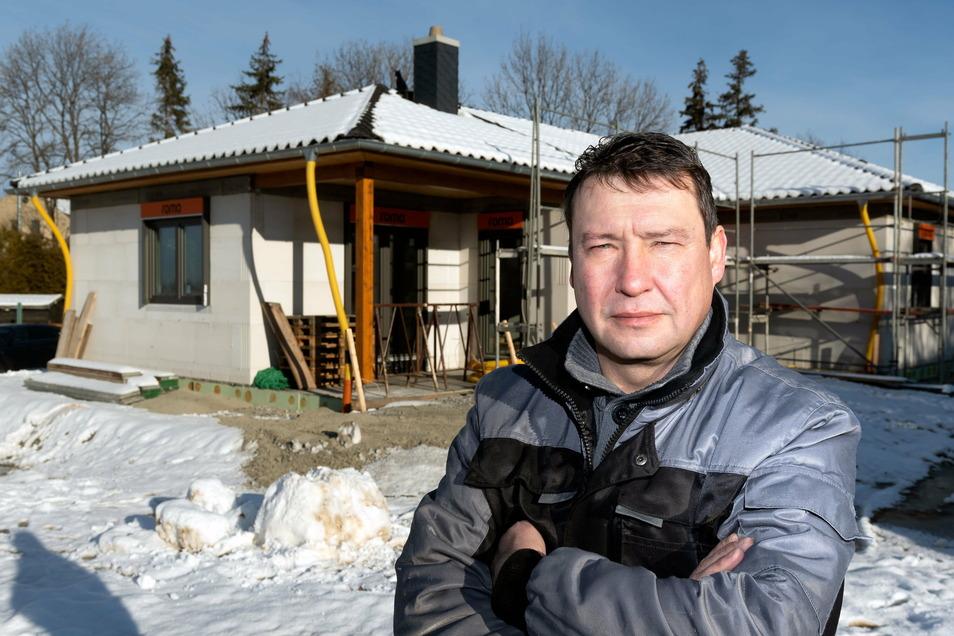 Dorfidyll im Eigenheim schwebte Holger Mitschke vor, als er ein Grundstück an der Hochkircher Nordstraße erwarb. Stattdessen sieht er jetzt viel Lkw-Verkehr auf sich zukommen.