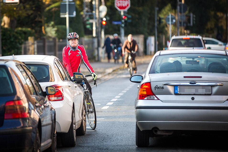 An dieser Stelle haben Radfahrer in der Hüblerstraße ein Problem: Der Radweg endet vor parkenden Autos.