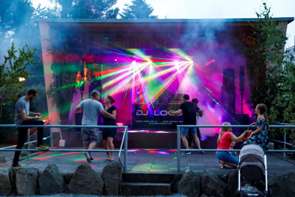 Beim Heimatfest in Friedersdorf auf der Festwiese gabs am Freitag eine 80er/90er-Jahre-Party.