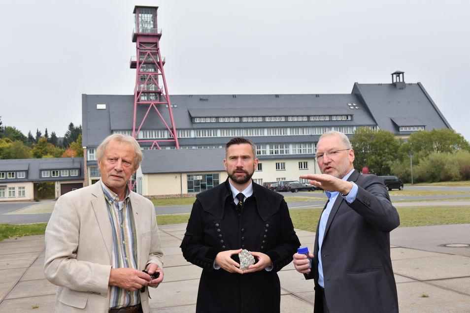 Armin Müller von der Deutschen Lithium (v.r.) erklärt Wirtschaftsminister Martin Dulig und Altenbergs Bürgermeister Thomas Kirsten den vorgesehenen Standort für die Erzaufbereitung.
