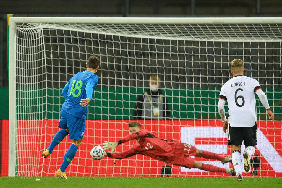 Den Sieg vergeben: Sloweniens Zan Celar (l) scheitert kurz vor Schluss am Mainzer Finn Dahmen.