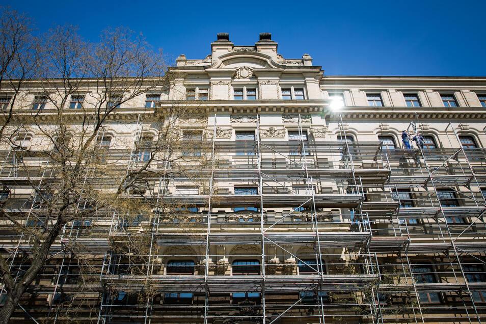 Diese Gerüste werden jetzt lange das Bild des markanten Eckgebäudes am Palaisplatz prägen. Die einstige Brandversicherungsanstalt wird bis 2021 mit viel Aufwand saniert.