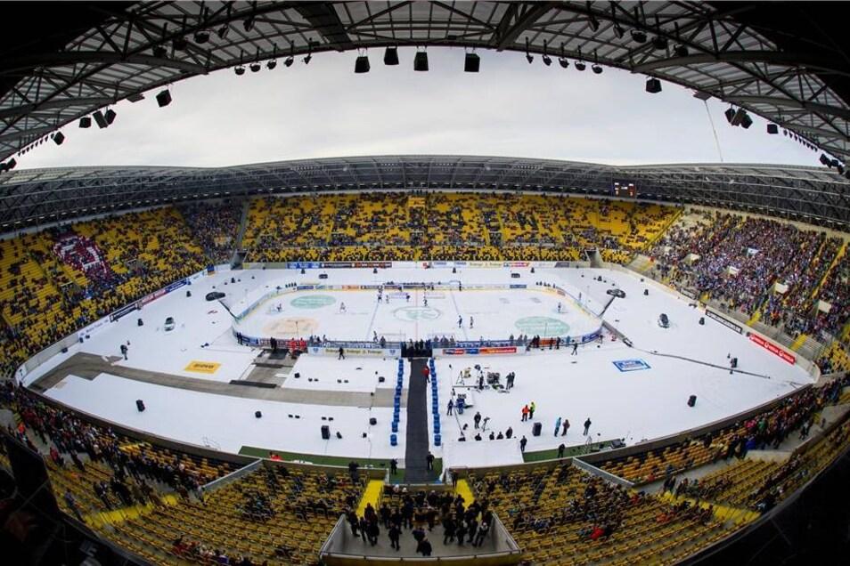 Das Stadion am Nachmittag - noch dünn besetzt. Später sollte es bedeutend voller werden.