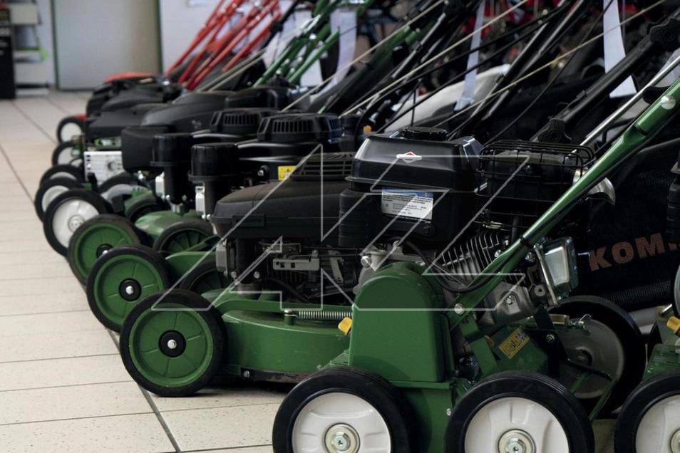 Die Auswahl der Rasenmäher-Modelle ist vielfältig − mit guter Beratung findet sich schnell das passende Modell.