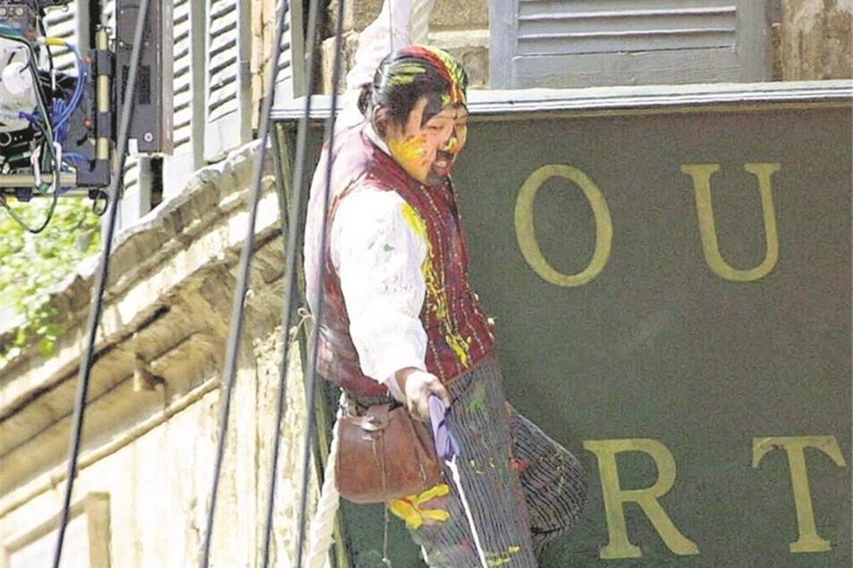 """So kletterte Jackie Chan 2003 an der Fassade des """"Emmerich"""". Foto: J. Trenkler"""