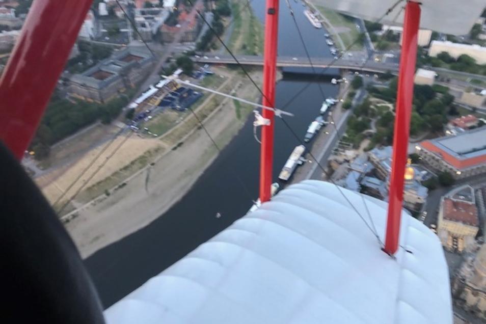 Der Pilot, welcher im Streifen Hauptdarsteller Elmar Wepper doubelt, kreist über den Elbwiesen und wurde über Skype zugeschaltet.
