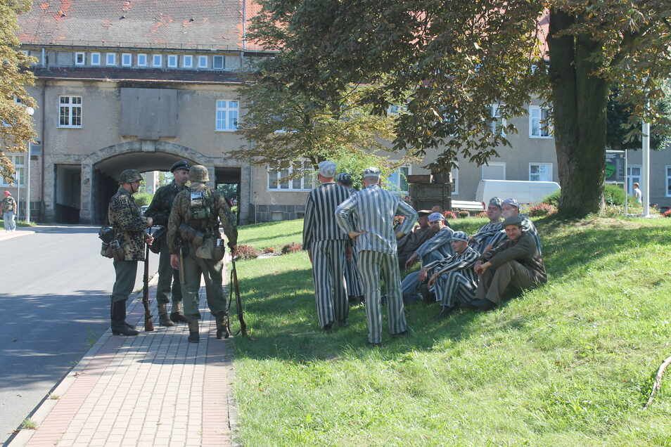 Die ehemaligen Zitt-Werke waren auch ein KZ-Außenlager. Deshalb wurden einige Komparsen in KZ-Häftlingskleidung gesteckt.
