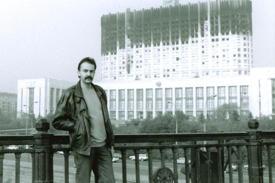 1993 als Korrespondent vor dem zerschossenen Weißen Haus, dem damaligen Parlamentssitz, in Moskau.