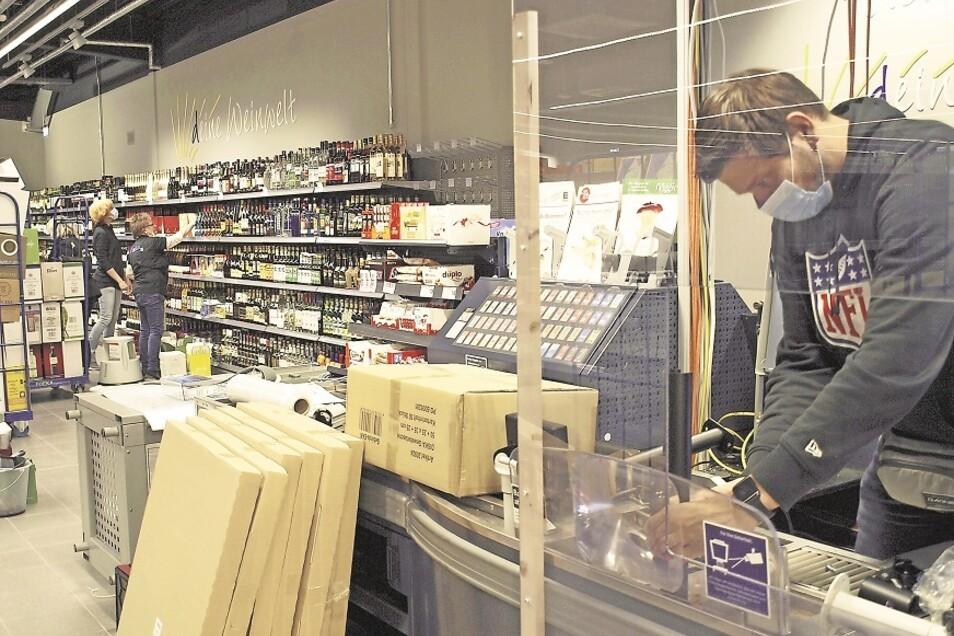 Die Vorbereitungen für die Diska-Markt-Eröffnung in der kommenden Woche laufen auch Hochtouren. Während das künftige Verkaufspersonal schon die Regale einräumt, arbeiten Ladenbauer und Einrichtungsteam parallel an der Installation von technischer Ausrüstu