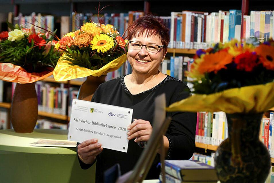 Katja Hieke freut sich über 10.000 Euro für die neue Bibliothek von Ebersbach-Neugersdorf.