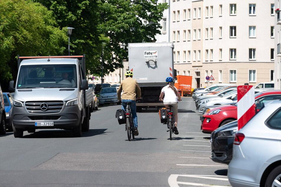 Noch parken in der Laubestraße Autos quer zur Fahrbahn. Das wird zugunsten der Fahrradstraße aber bald geändert. Nicht jedem gefällt das.
