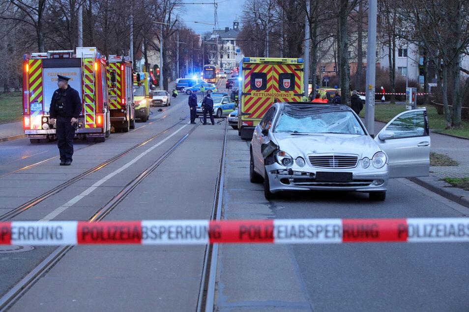 Der Mercedes erfasste die Fahrradfahrerin. Die Frau kam ums Leben.