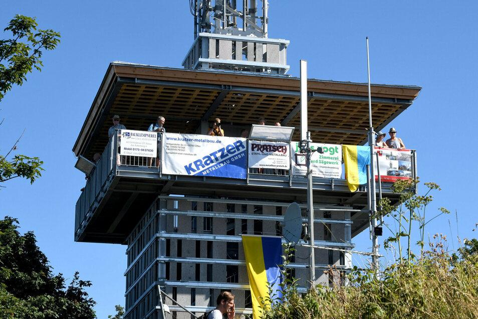 Der Aussichtsturm passt sich dem Gipfel an und ist mit sächsischem Porphyr verkleidet.