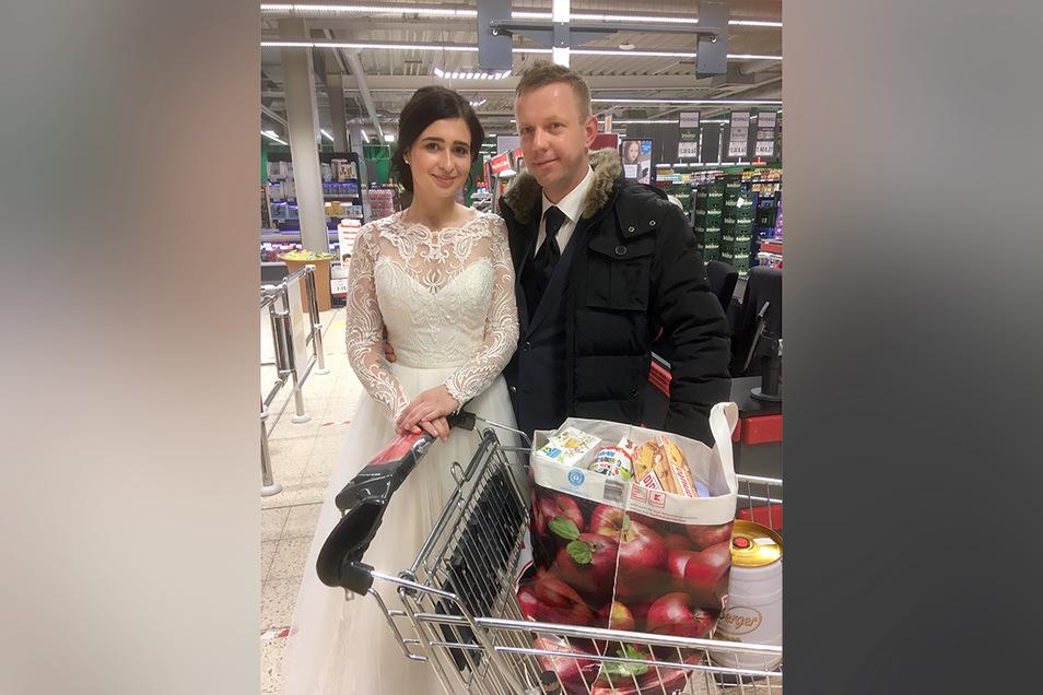 Viktoriia und Martin Ibisch kauften nach ihrer Hochzeit am Sonnabendabend noch im Kaufland ein.