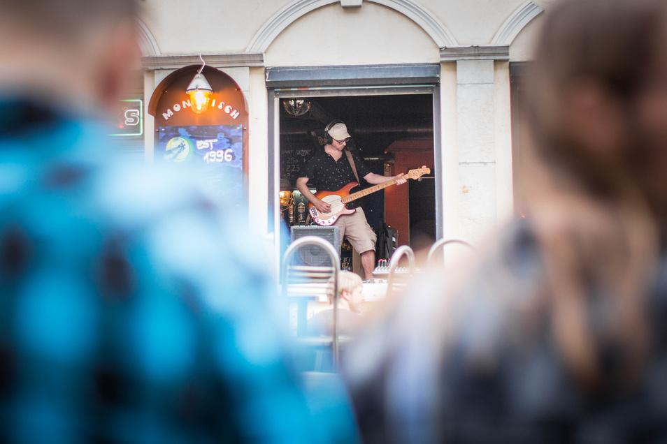 Und ist die Bühne noch so klein: Die in der Bar Mondfisch in der Louisenstraße passte gerade in einen Türrahmen.