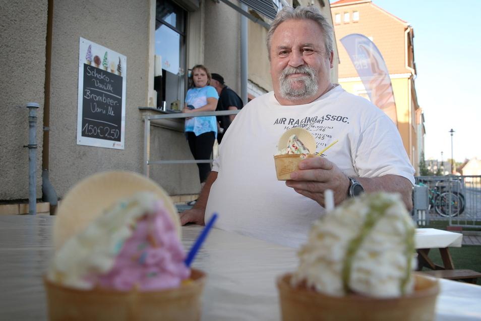 Uwe Eisold hat mit seiner Frau Angela nach Jahren in der Großröhrsdorfer Milchbar mit einer Eismanufaktur in Bretnig noch mal den Neustart gewagt.