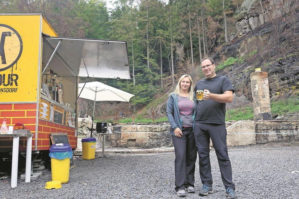 Der Eigentümer der Balzhütte Ivo Goedhart und seine Frau Barbora Laštuvková stehen vor einem Neuanfang. Wer bei ihnen ein Bier trinkt, ist schon eine große Hilfe.