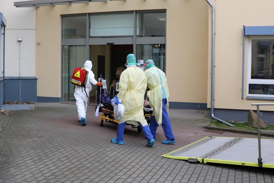 Am frühen Abend ist ein Corona-Patient in Coswig angekommen. Er liegt auf der Intensivstation des Fachkrankenhauses.