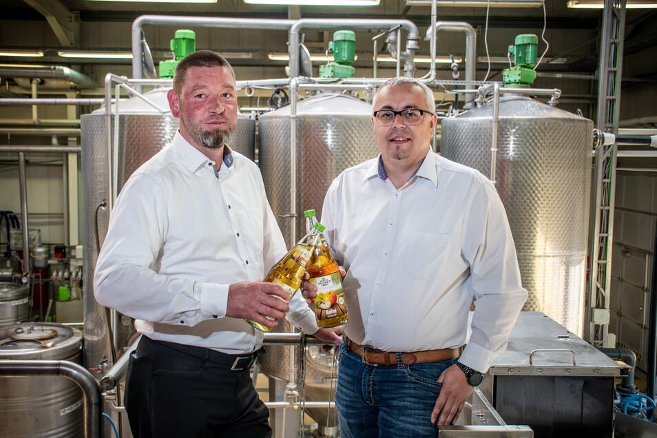 Ronny Thiele (links) war seit 2017 Geschäftsführer der Kelterei Sachsenobst. Jetzt verlässt er das Unternehmen. Er wird aber noch seinen Nachfolger Marcel Ehrlich in das Geschäft mit dem Saft einarbeiten.