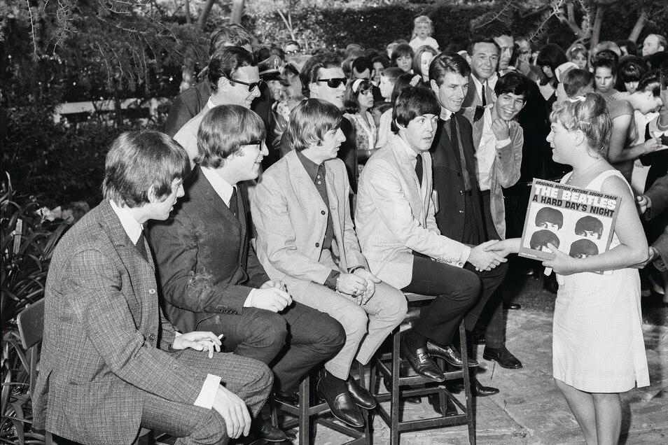 Die Beatles 1964 als Attraktion einer Gartenparty der Schwiegermutter von Capitol-Boss Alan Livingston. Ein Jahr zuvor hatten sie bei Capitol unterschrieben. Foto: Capitol