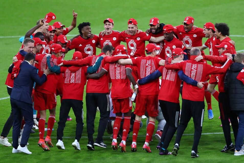 Münchens Spieler feiern die Deutsche Meisterschaft. Zum 31. Mal ist der FC Bayern der Beste der Bundesliga.