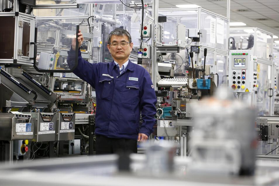 Das Klimakompressorenwerk in Straßgräbchen bei Kamenz fährt unter Leitung von Geschäftsführer Kazushige Murao die Produktion langsam wieder hoch. Ein Teil der Arbeitsplätze wurde durch Kunststoffblenden voneinander getrennt.