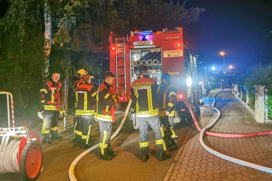 Mit fünf Fahrzeugen rückten die Bernsdorfer Ortsfeuerwehren am Donnerstagabend zu einem Brand in die Alten Coseler Straße aus.