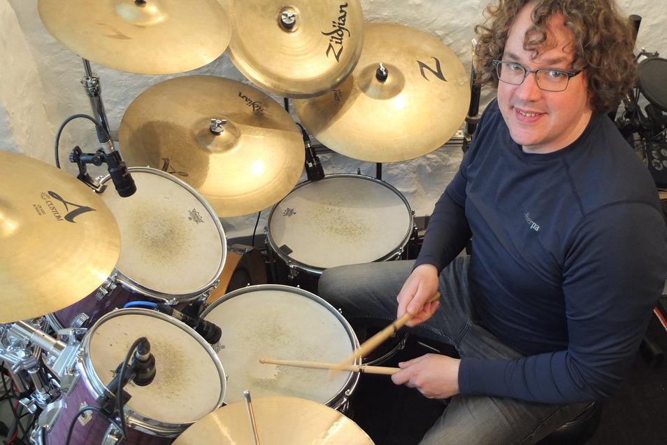 Der Schlagzeuger Tim Dierks unterrichtet an der Döbelner Musikschule und unter anderem auch in Ganztagsangeboten der Schulen. Ihm fehlen bis Juli Einnahmen in Höhe von etwa 6.000 Euro.
