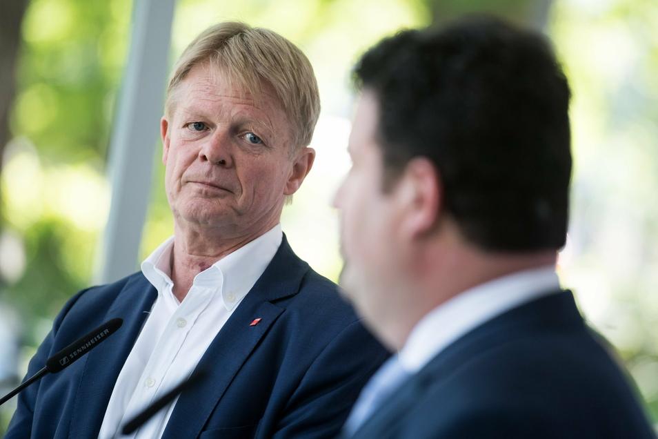 Hubertus Heil (r, SPD), Bundesminister für Arbeit und Soziales, und Reiner Hoffmann, Vorsitzender des Deutschen Gewerkschaftsbundes (DGB), äußern sich bei einer Pressekonferenz in der DGB-Zentrale.