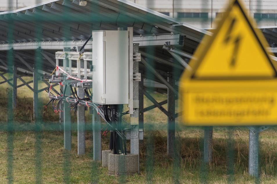 Von einem Hochspannungs-Warnschild und einem Zaun ließen sich Diebe kürzlich nicht abhalten: Sie ließen mehr als 30 Wechselrichter mitgehen. Die Bauteile dienen dazu, Gleichspannung in eine Wechselspannung umzuwandeln.