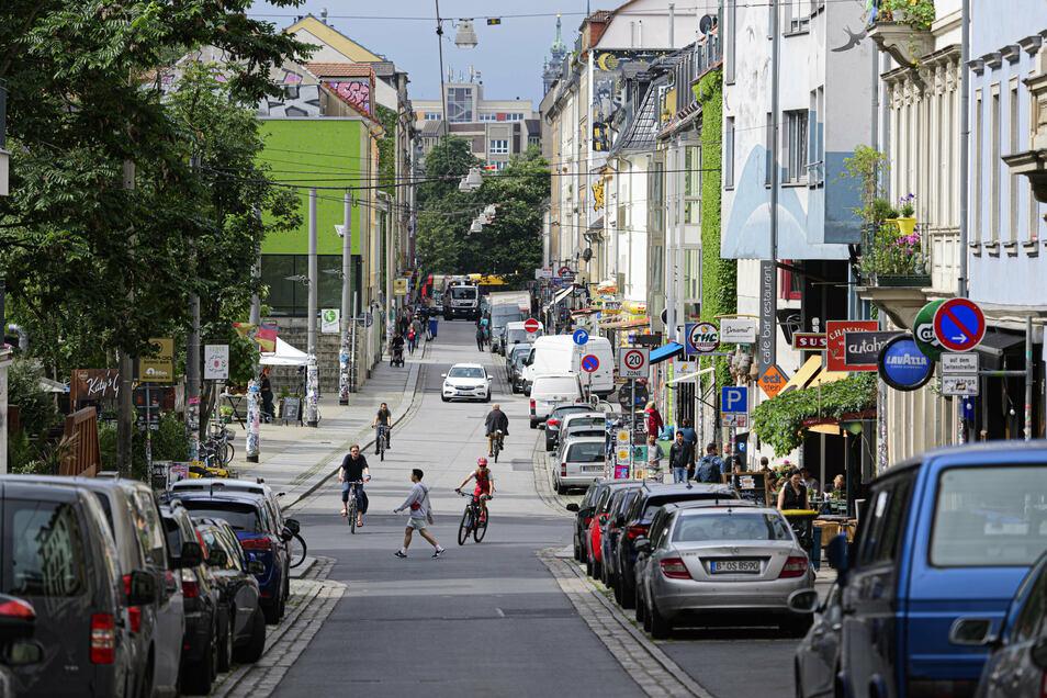 Auf der Alaunstraße in Dresden sollen ein Mercedes-Fahrer und zwei Radfahrer aneinandergeraten sein.