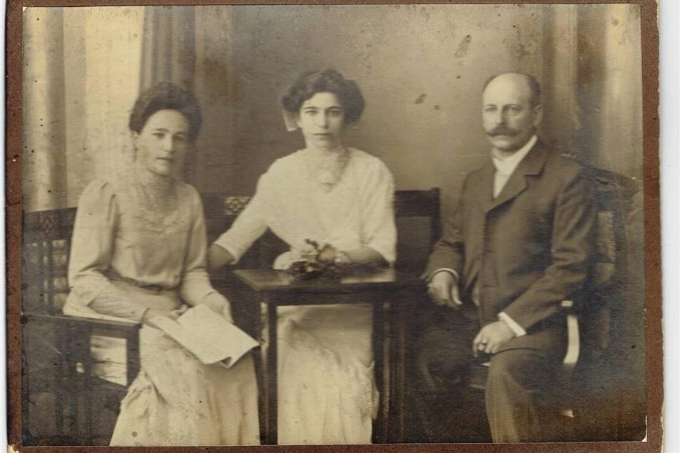 Lediglich Juli 1910 steht auf diesem Foto, das in einem Versteck auf dem Boden der Schule gefunden wurde.