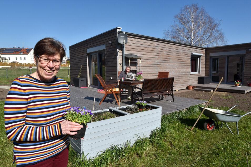 Ungewohnte Architektur in Zittau: Seit einem Jahr leben Christine Schneider und Olaf Kommol im umweltfreundlichen Modulhaus in einer Wohngemeinschaft zusammen. Sie teilen sich 90 Quadratmeter.