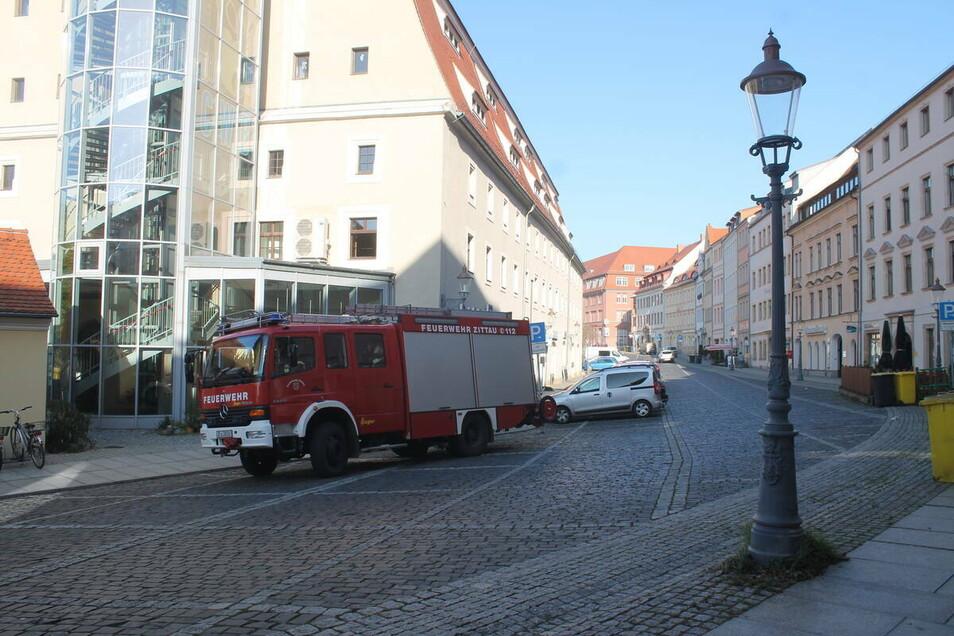 Die Feuerwehr rückt mit einem Fahrzeug an.