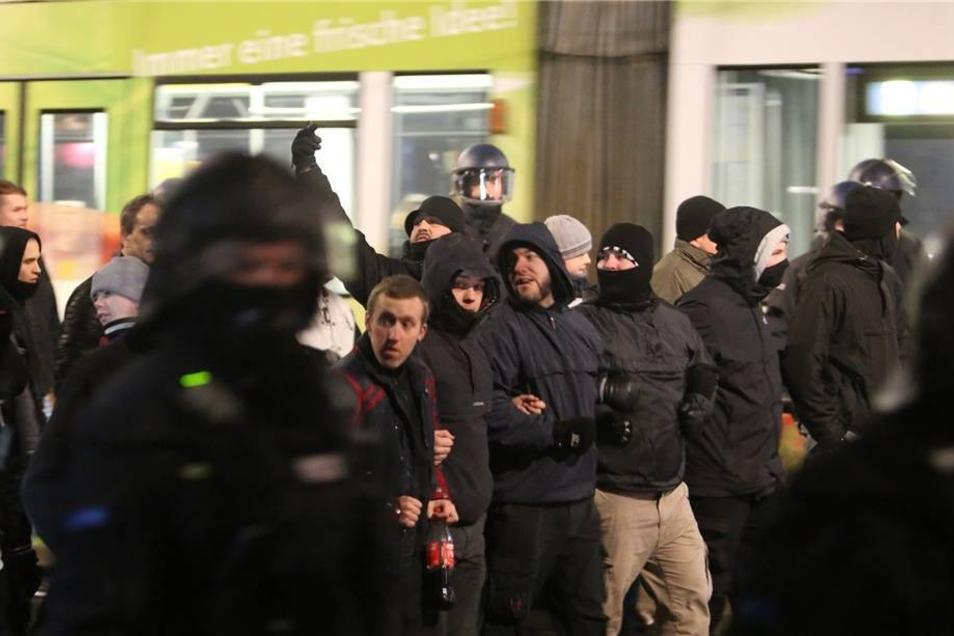 """Polizisten begleiten Teilnehmer der islamkritischen Bewegung """"Leipzig gegen die Islamisierung des Abendlandes""""."""