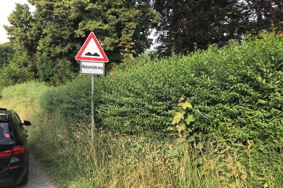 Das Hinweisschild an der Behelfsstraße lässt erahnen, was die Autofahrer erwartet.