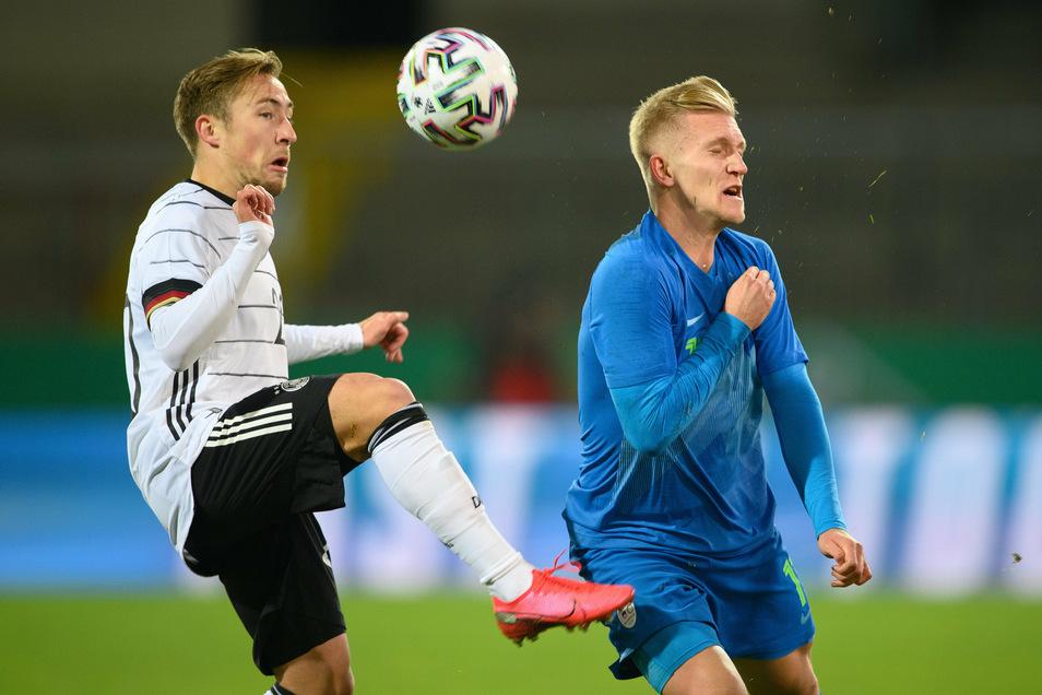 Sloweniens Luka Stor (r.) fehlt seinem Arbeitgeber Dynamo Dresden derzeit wegen seiner Berufung in die U21-Auswahl seines Heimatlandes. Am Donnerstag traf der 22-Jährieg auf Felix Passlack (Borussia Dortmund) und das deutsche Nachwuchsteam.