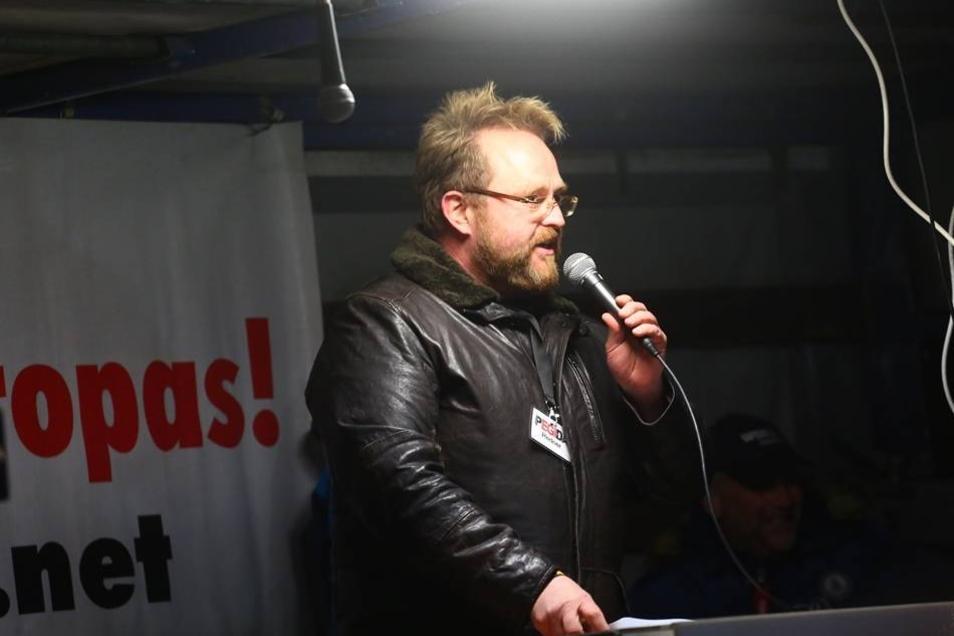 Auch das gab es so noch nicht: Ein Grüner spricht bei Pegida. Konkret richtete Sven Ebert aus Halle in Sachsen-Anhalt das Wort an die Zuhörer.