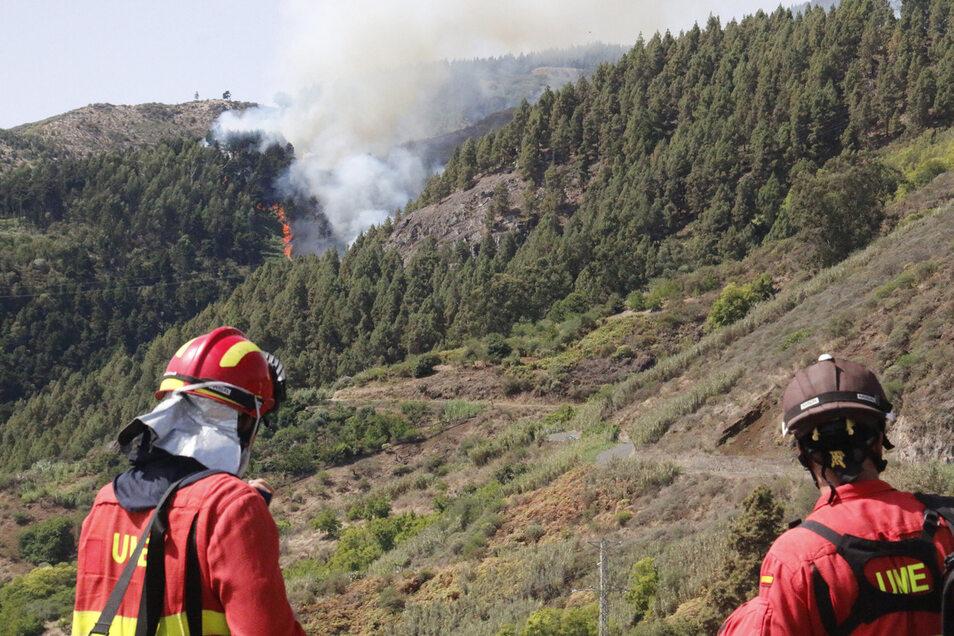 Zwei Feuerwehrmänner nahe des Ortes Valleseco.