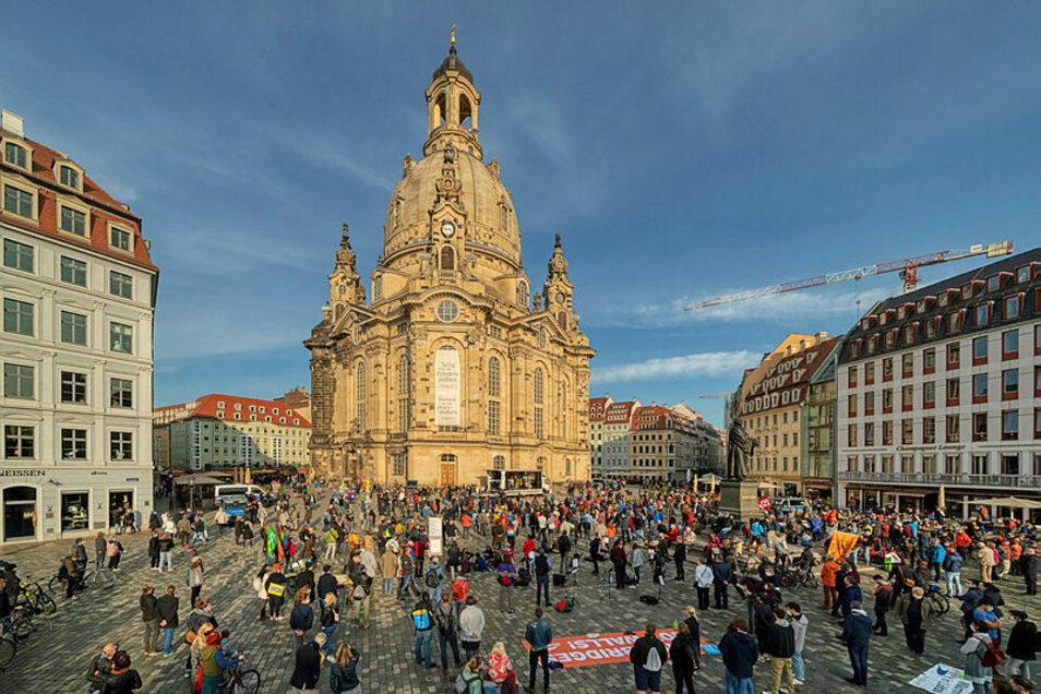 In der Dresdner Innenstadt haben am Sonntag Hunderte Menschen für Toleranz und Weltoffenheit sowie gegen Pegida demonstriert.