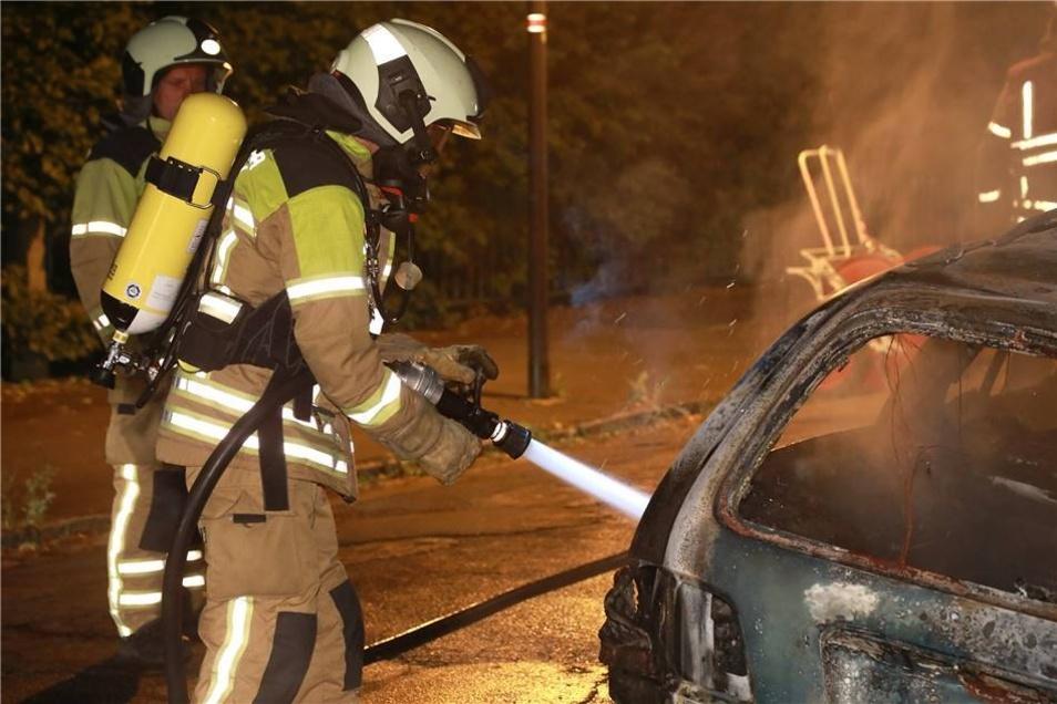 Das Feuer hatte bereits einen großen Teil des Autos erfasst. Noch während der Löscharbeiten kam die Information zum nächsten Einsatz.