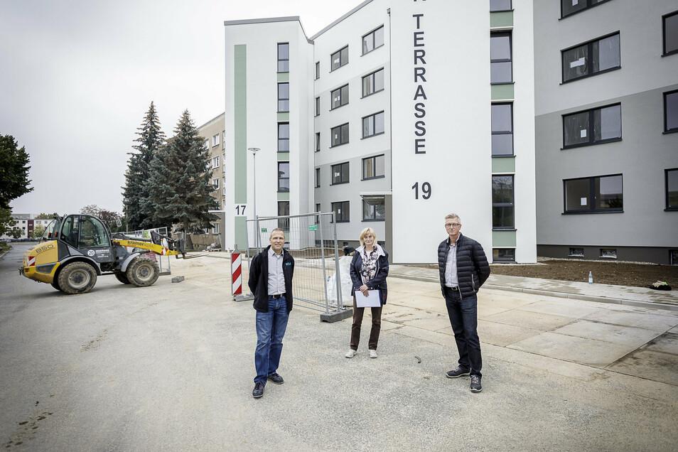 Die WGG-Vorstände André Donath (links) und Simone Oehme (Mitte) sowie Prokurist Matthias Mühlberg stehen vor ihrer Baustelle An der Terrasse 17 bis 23 in Königshufen. Hier investiert die WGG 4,5 Millionen Euro.